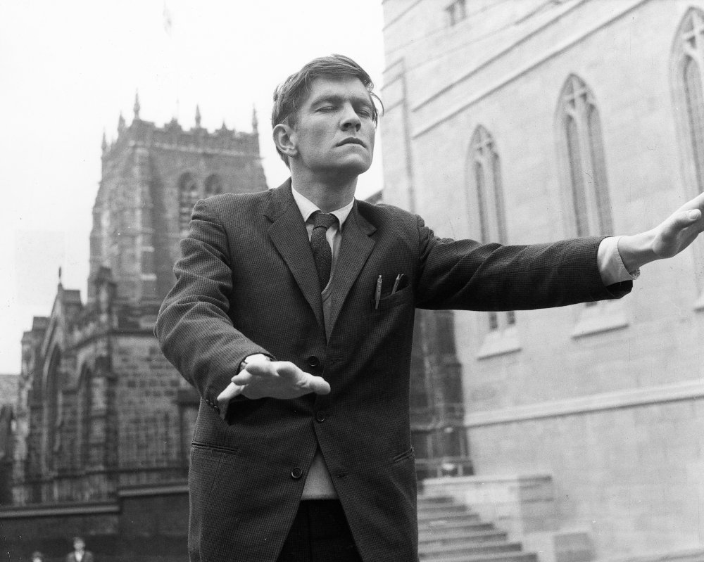 billy-liar-1963-005-tom-courtenay-on-street-closed-eyes-00m-jjy