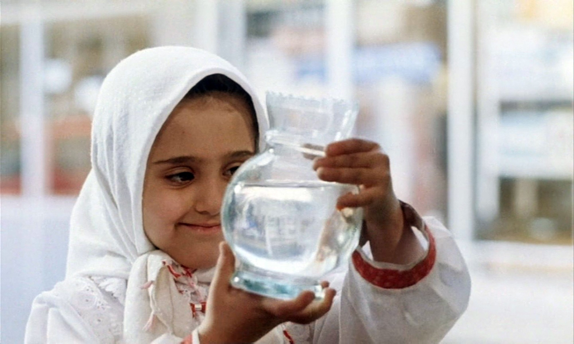 glass-film-aquarium-fish-tank-iranian-little-girl-children-the-white-balloon-jafar-panahi_www.animalhi.com_19